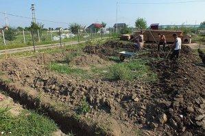 Un bărbat din Vrancea săpa o fundaţie când a făcut o descoperire care l-a făcut să sune imediat la 112