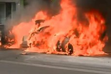 Trei autoturisme au luat foc în centrul Capitalei. UPDATE: Incendiul a fost cauzat de un scurtcircuit