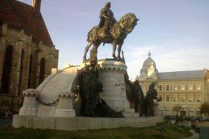 Statuia lui Matei Corvin de la Cluj a fost vandalizată, fiind vopsită parţial cu o vopsea maro