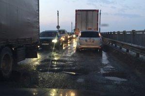 Coadă de maşini de 10 km la ieşirea din ţară pe la Giurgiu-Ruse, din cauza unor lucrări la pod: ce soluţii propune poliţia rutieră