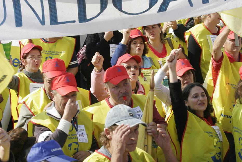 Profesorii din FSLI: Vrem şi noi salarii mărite ca la medici