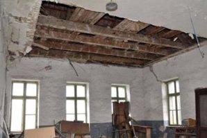 Un bărbat din Constanţa, la spital, după ce tavanul unei clădiri aflate în reabilitare s-a prăbuşit peste el