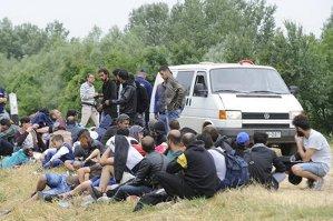 Dubă cu imigranţi, condusă de un şofer român, răsturnată în Ungaria
