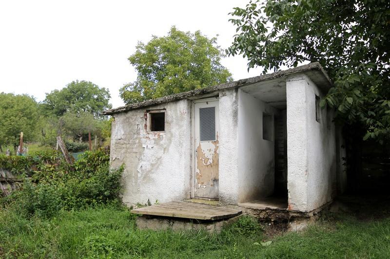 """În ţara lui e-catalog, zeci de mii de copii merg la şcoli cu WC-ul în curte. Viceprimar: """"S-au făcut reparaţii cu Vasile, cu Gheorghe, s-au mâncat banii"""""""