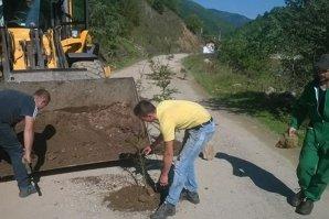 """Sătui să tot aştepte ca autorităţile să repare drumul, locuitorii unei comune din Cluj au găsit ei o soluţie originală să astupe gropile. """"De acum, această porţiune e pădure"""""""