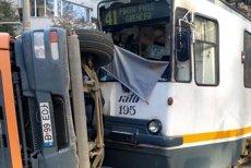 Accident grav în Bucureşti: un camion a intrat în tramvaiul 41 şi s-a răsturnat