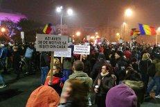 Protest #Colectiv - ZIUA 5. Peste 3000 de oameni s-au strâns la Universitate. Protestatarii au intrat în conflict cu suporterii echipelor de fotbal