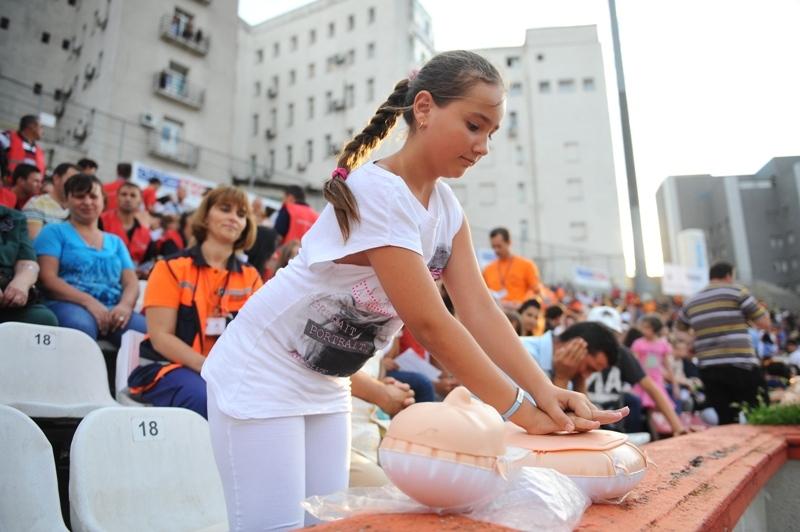 Elevii din aproape 100 de clase din Cluj şi Sibiu fac cursuri de educaţie medicală şi prim ajutor