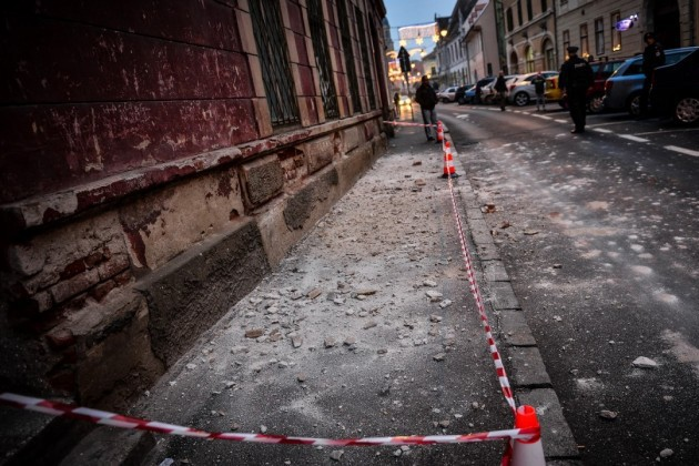 Tânără de 18 ani, rănită în centrul Sibiului de o bucată de tencuială desprinsă de pe o clădire monument istoric