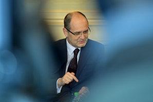 Ce spune ministrul Curaj că a făcut cu banii primiţi de la Academia lui Gabriel Oprea şi de ce nu renunţă la funcţie