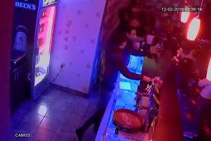 VIDEO şocant: patronul unui club din Rovinari, bătut de un tânăr care trebuia să fie la închisoare
