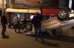 Grav accident în Bucureşti: un autoturism s-a răsturnat după ce a lovit un vehicul staţionat