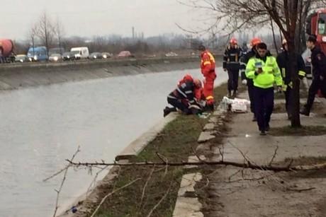 Un mort şi trei răniţi în Bucureşti, după ce o maşină s-a răsturnat în râul Dâmboviţa