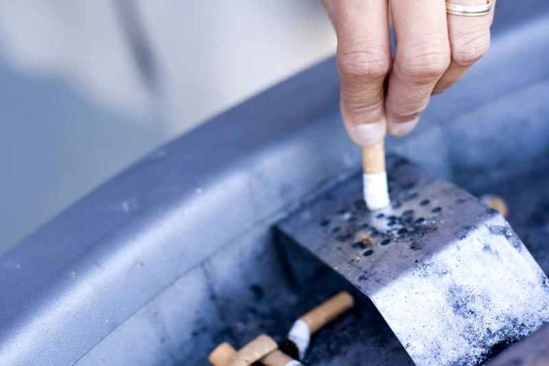 Toţi fumătorii trebuie să ştie asta: cine are dreptul să îi amendeze dacă sunt prinşi fumând în locuri nepermise începând de miercuri, 16 martie