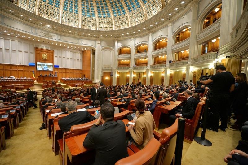 """Scandal în Parlament. UDMR a părăsit şedinţa plenului: """"Nu putem asista la apărarea legionarilor"""". Haşotti a recitat din Gyr"""