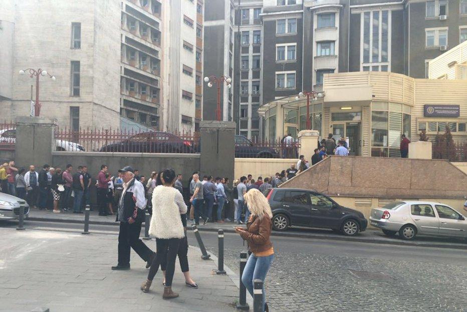 Sute de oameni stau la coadă la Poliţia Capitalei. Motivul pentru care aceştia s-au prezentat de bună voie în faţa ofiţerilor