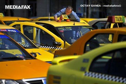 Un taximetrist din Bucureşti a fost tras pe dreapta şi amendat. Scena HALUCINANTĂ care a urmat după ce Poliţia s-a îndepărtat de maşină. Toată lumea a rămas încremenită. VIDEO