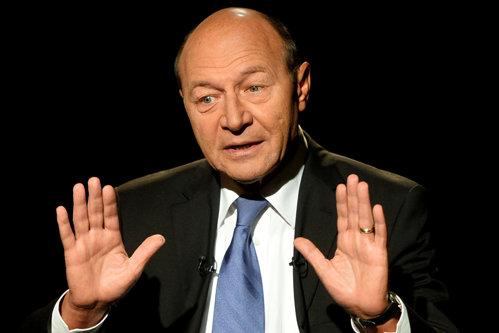 Băsescu sugerează că scandalul Hexi Pharma este ''o înscenare'': ''Ceva miroase urât''