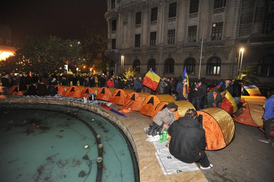 Violenţe, sâmbătă, la marşul pentru unirea României cu Moldova. Manifestanţii vor să doarmă în Piaţa Universităţii. UPDATE
