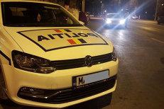 Un şofer de taxi prins băut şi circulând cu 131 km/h, încătuşat după ce a devenit agresiv