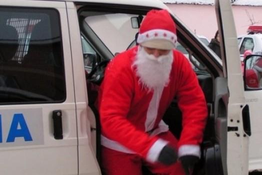 """""""Moş Crăciun"""" a reţinut trei traficanţi de droguri la Piteşti"""