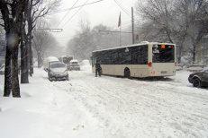 RATB dă vina pe maşinile parcate neregulamentar pentru întârzierile mari la tramvaie şi troleibuze