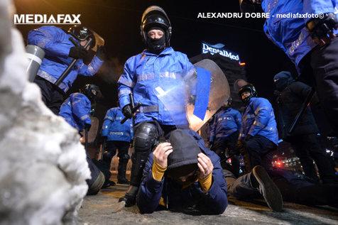 VIDEO Cine e jandarmul în civil care a ajuns la spital după ce a fost bătut de colegii lui în Piaţa Victoriei: