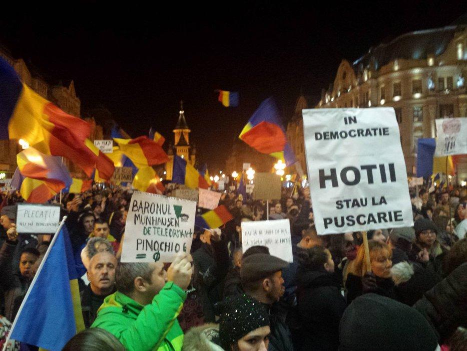 Peste jumătate dintre români, de acord cu protestele. Surpriză: cine este politicianul în care au cea mai mare încredere. SONDAJ