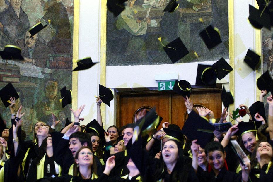 Reacţia Guvernului după ce senatorii au decis să le taie din gratuităţi studenţilor