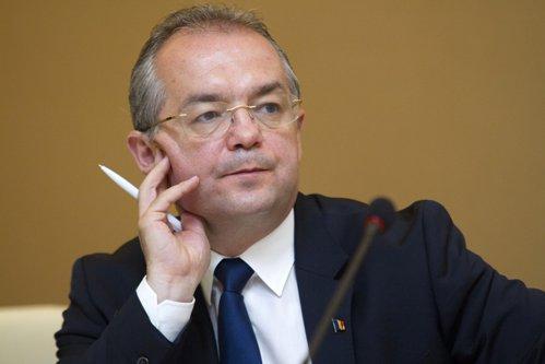 Emil Boc, obligat de Tribunal să amplaseze plăcuţe în maghiară în Cluj