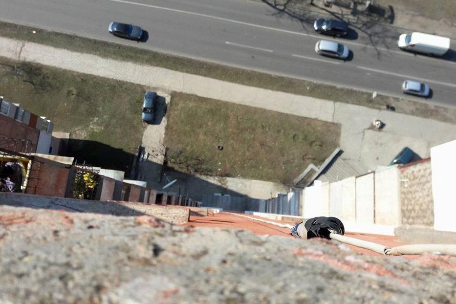 Tragedie la Chişinău: Doi adolescenţi s-au aruncat de pe o clădire cu 18 etaje ţinându-se de mână