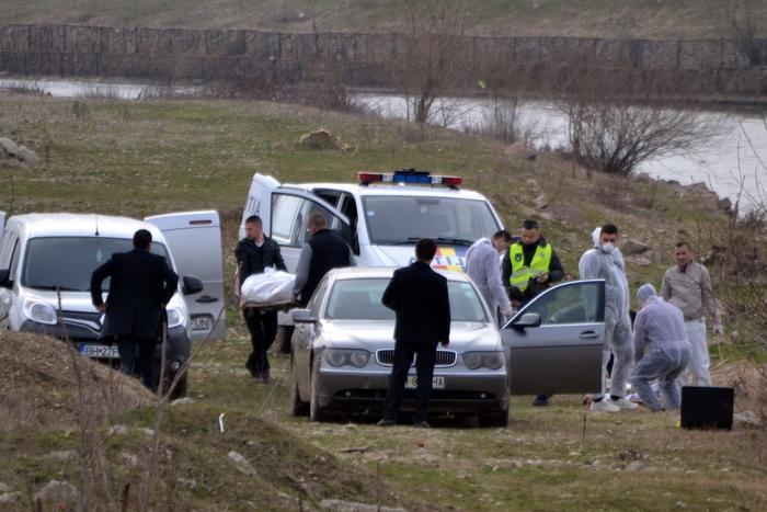Interlopul care şi-a împuşcat în cap iubita s-a aruncat de etaj şi a murit în timp ce poliţiştii încercau să-l prindă
