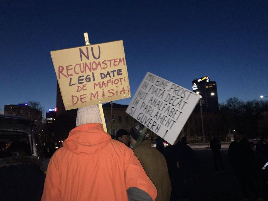 Nou protest în Piaţa Victoriei. Pentru ce au ieşit în stradă câteva sute de persoane:
