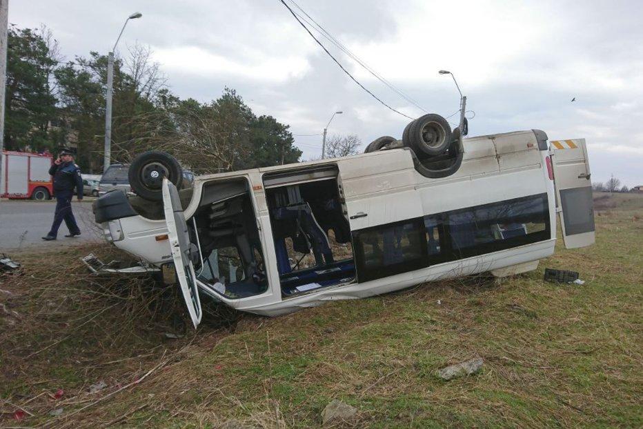 13 copii la spital, după ce un microbuz şcolar s-a răsturnat în Hunedoara