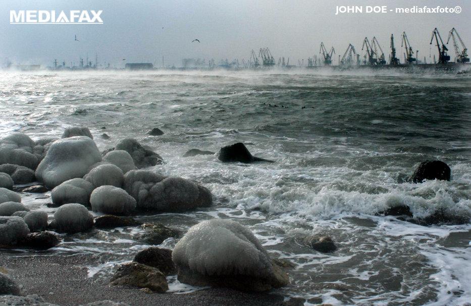 Patru porturi de la Marea Neagră, închise temporar din cauza vântului
