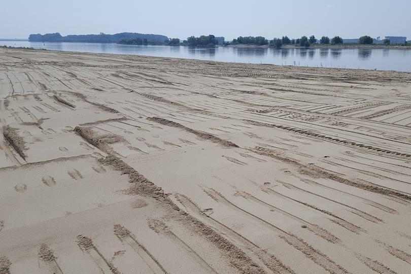Plajă cu nisip fin pe faleza Dunării din Corabia. Afacerea care rivalizează cu Litoralul