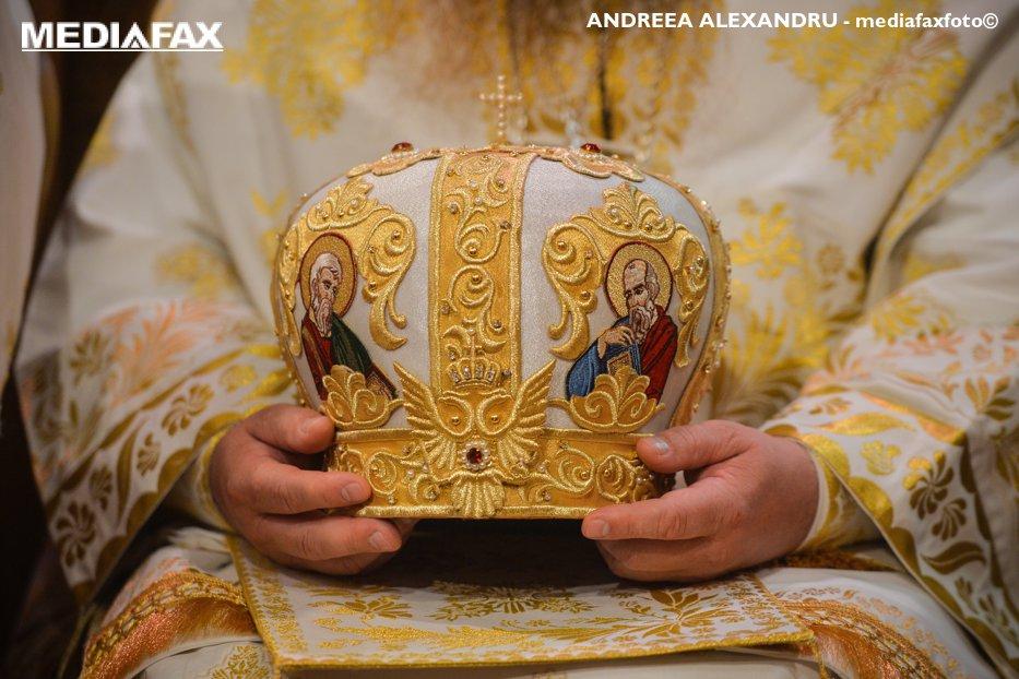 Un nou scandal loveşte în Biserica română: trei preoţi, reţinuţi de DNA pentru că şantajau un înalt prelat din conducerea BOR
