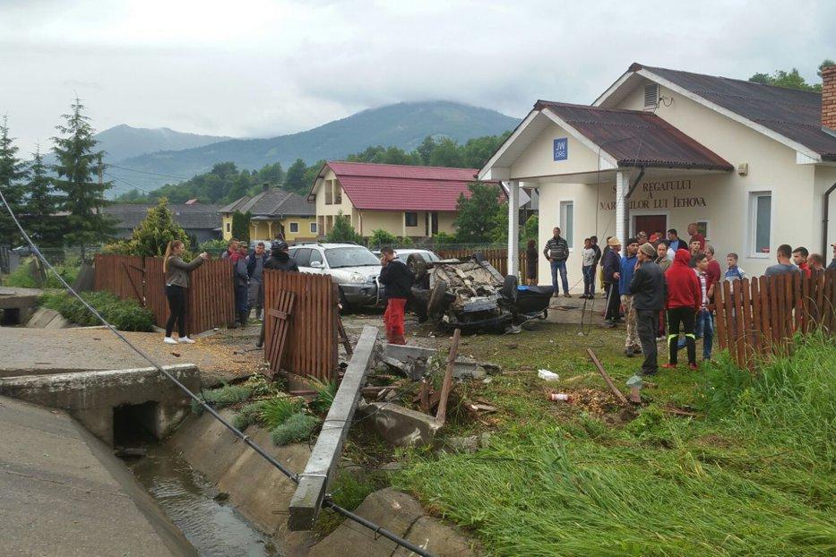 Doi tineri au murit după ce maşina lor s-a răsturnat în curtea unei case de rugăciune. Enoriaşii au fost salvaţi de preot
