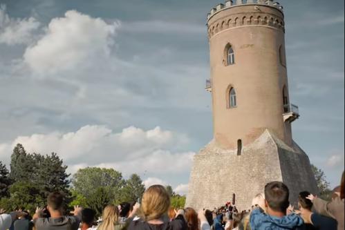Primarul din Târgovişte ameninţă compania KFC cu procese, după filmarea acestui clip scandalos în Turnul Chindiei. VIDEO