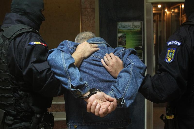 Percheziţii la o grupare de crimă organizată. Victimele, spionate şi şantajate