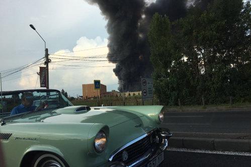 Incendiul din apropiere de Therme nu a fost încă stins. Depozitele nu aveau autorizaţie anti-incendiu. Unde a fost surprins Ion Ţiriac. VIDEO