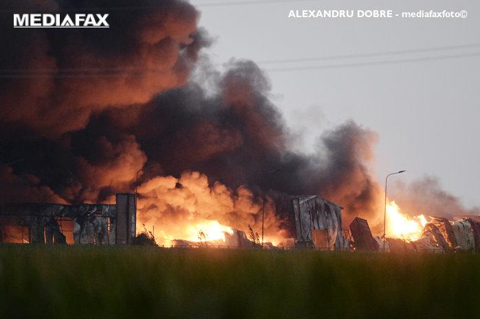 Incendiul de la Baloteşti nu a fost încă stins