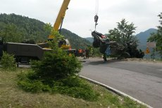 După o operaţiune de 5 ore, camionul a fost scos din râpa unde au murit 3 militari. Cum arată ce a rămas la locul accidentului