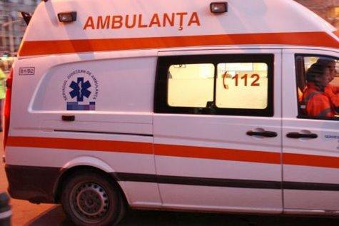 Copil de trei ani, rănit grav după ce tractorul, condus de tatăl său, a fost lovit de un microbuz