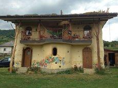 """Doi fraţi din Bistriţa au construit o casă ecologică unicat. Turiştii se înghesuie să prindă o noapte în locuinţa """"bio"""""""
