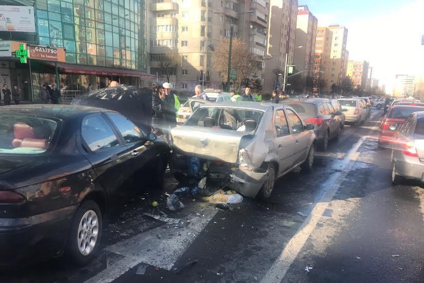 Ciocnire în lanţ la Ploieşti. Un şofer beat a avariat 12 maşini