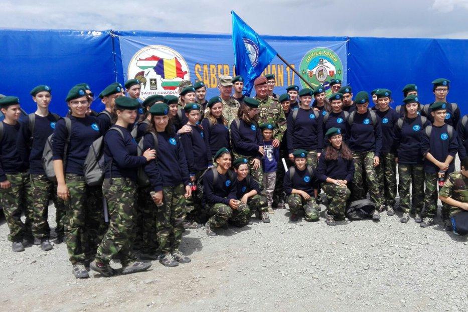 Fraţi gemeni de 17 ani, impresionaţi de exerciţiul militar din Poligonul Cincu: