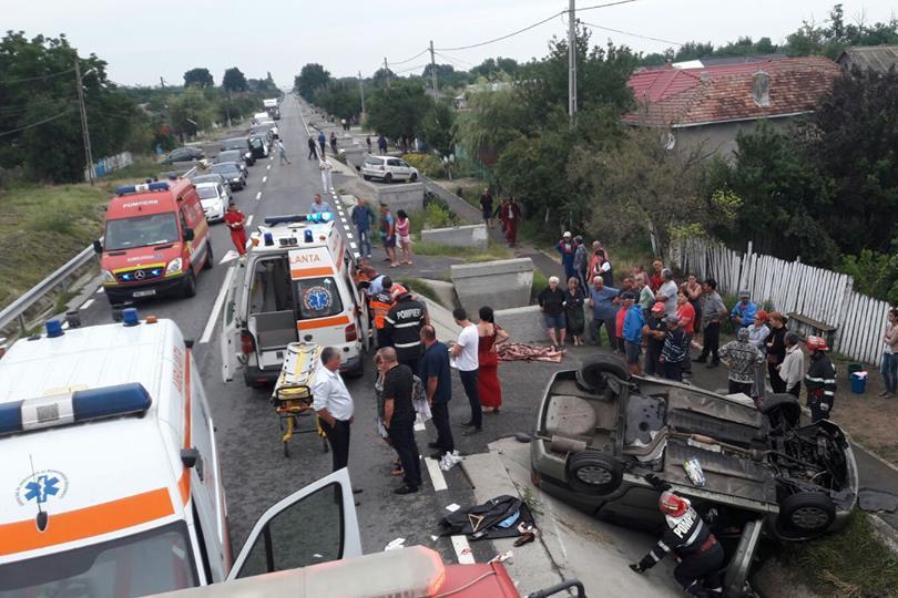O femeie a murit şi alte trei au răni grave, după ce maşina în care se aflau s-a răsturnat. Ce ar fi produs accidentul