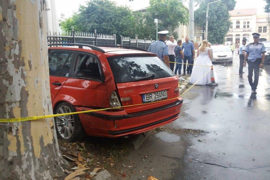 O maşină a intrat într-un grup de nuntaşi, în Brăila. Şoferul a fugit de la locul accidentului
