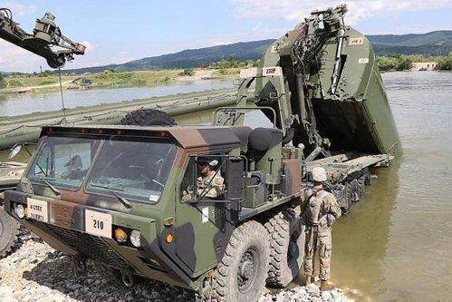 Armata a pierdut un TAB pe fundul Dunării, într-un exerciţiu NATO. Ca să-l scoată, trebuie să intervină civilii